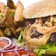 Texaský BBQ burger s cibulovými kroužky recept