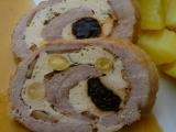 Vepřová roláda s kuřecím masem, mandlemi a sušenými švestkami ...