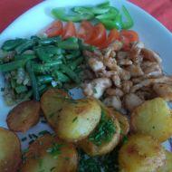 Kuřecí nudličky s opékanými brambory a anglickými fazolkami ...