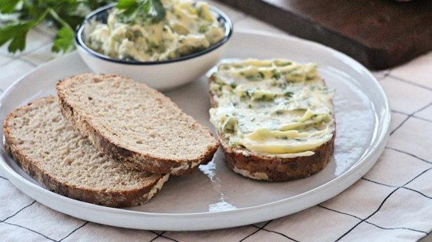 Kváskový chléb s bylinkovým máslem