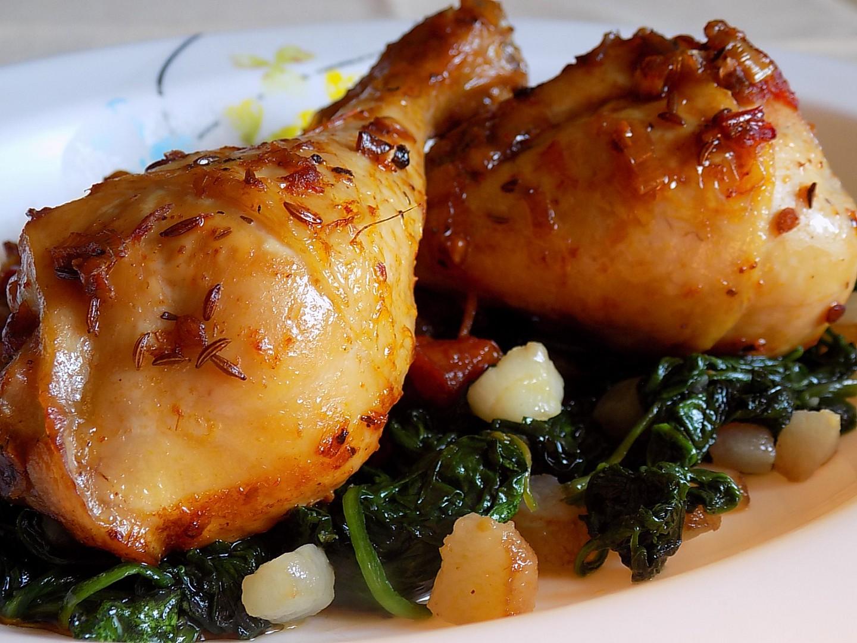 Pečené kuřecí paličky na sušených rajčatech s baby špenátem na ...