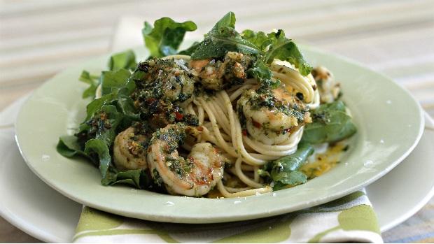 Špagety s koriandrovým pestem a krevetami