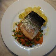 Divoký losos pečený v troubě s máslovou zeleninou a vařeným ...