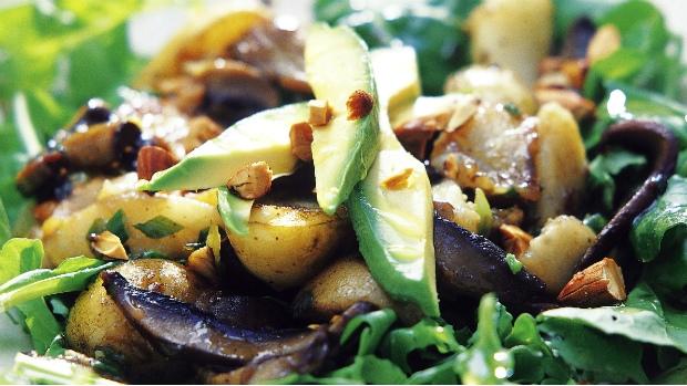 Teplý salát s hruškou a houbami