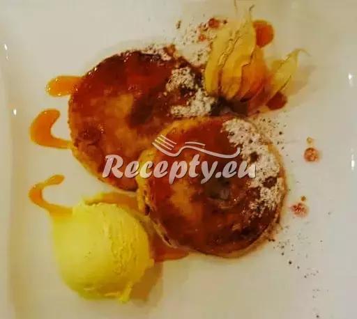 Smažená jablíčka v těstíčku se skořicí, karamelem a zmrzlinou ...