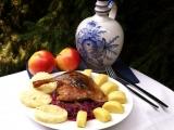 Kachna pečená na víně s jablky recept