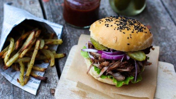 Pulled Pork Burger s pečenými česnekovo-bylinkovými hranolky ...