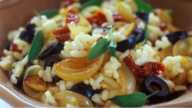 Olivové rizoto se sušenými rajčaty a šalvějí