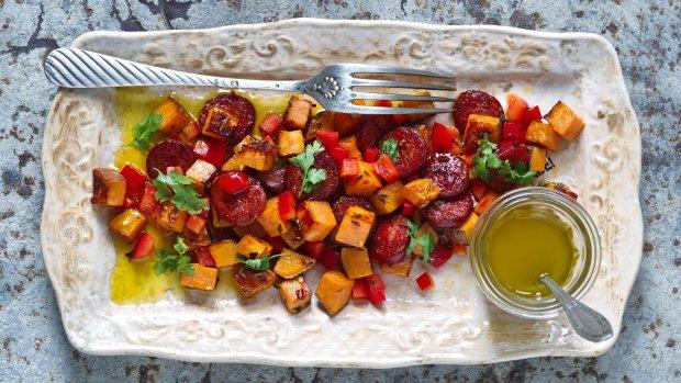 Teplý salát ze sladkých brambor, choriza a papriky