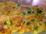 Barevné květákové placičky s uzeným sýrem a kořenovou zeleninou ...