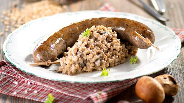 Jitrnice s kroupovým rizotem a hříbky
