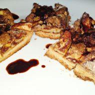 Křehký jablečný koláč s drobenkou a karamelem recept