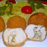 Smažené kuličky z kuřecího masa plněné bylinkovým máslem ...