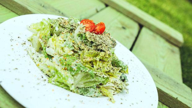 Raw Caesar salát