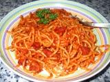 Jednoduché špagety s rajským protlakem, červeným vínem a klobásou