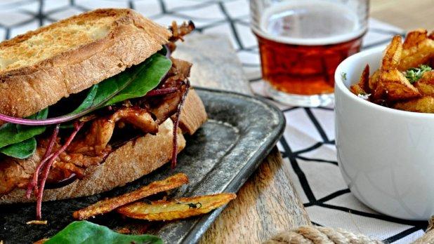 BBQ sendvič s domácí omáčkou