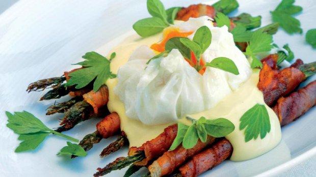 Grilovaný chřest s holandskou omáčkou a vejcem