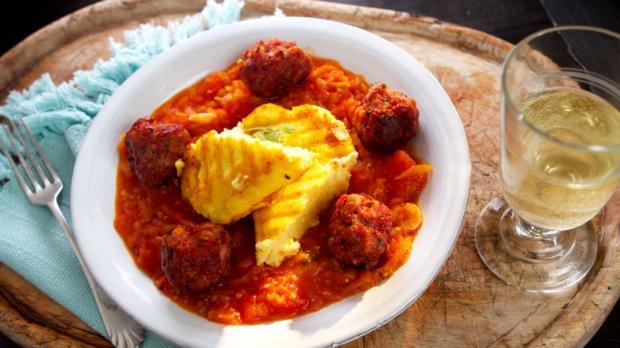 Masové koule s rajčatovou omáčkou & polenta s bazalkou a ...