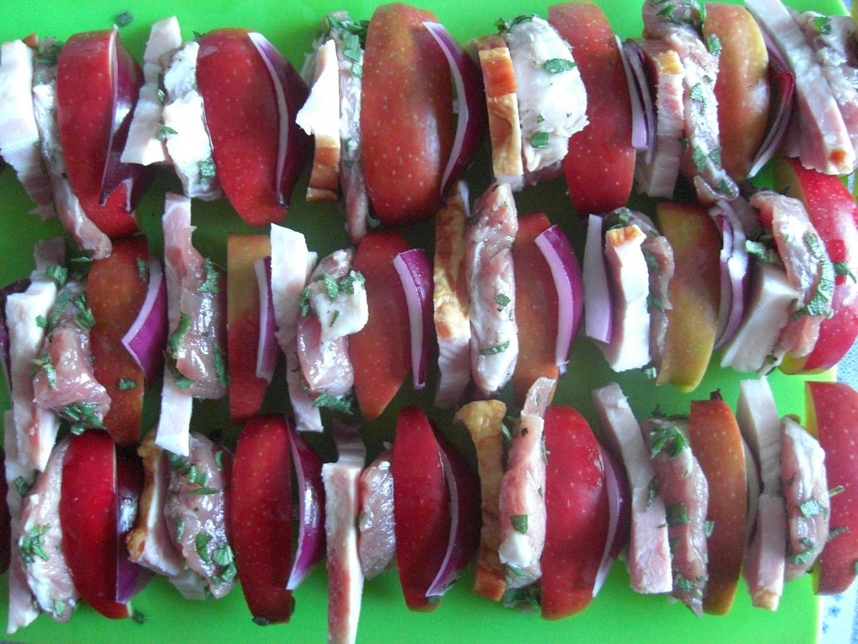 Špízy z vepřové panenky s jablky a šalvějí recept