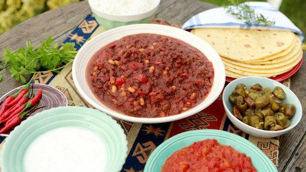 Chilli con carne s čokoládou, rýží a kukuřičnými tortillami