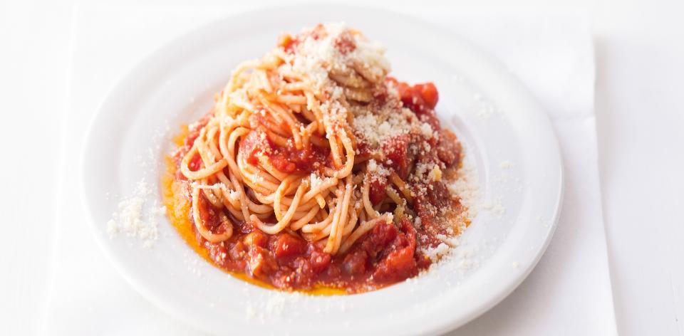 Špagety s rajčatovou omáčkou a slaninou