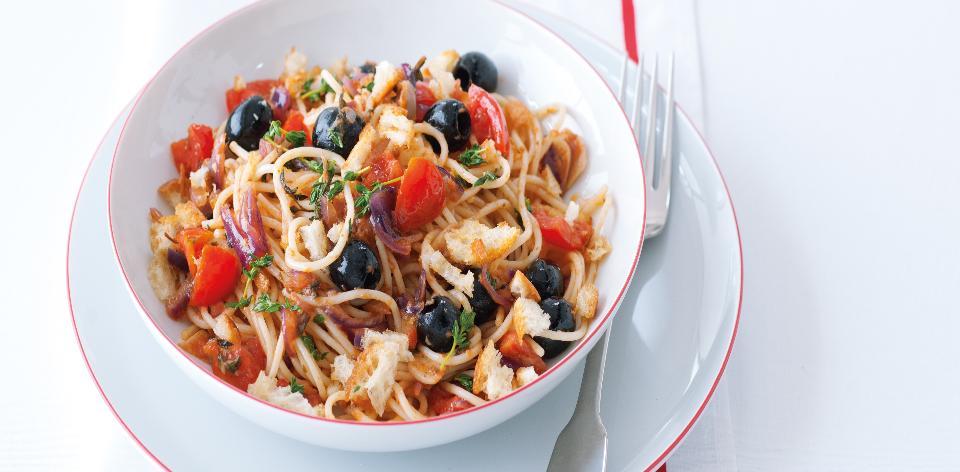 Špagety s rajčaty, olivami a chilli