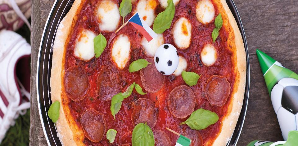 Domácí pizza jako fotbalové hřiště