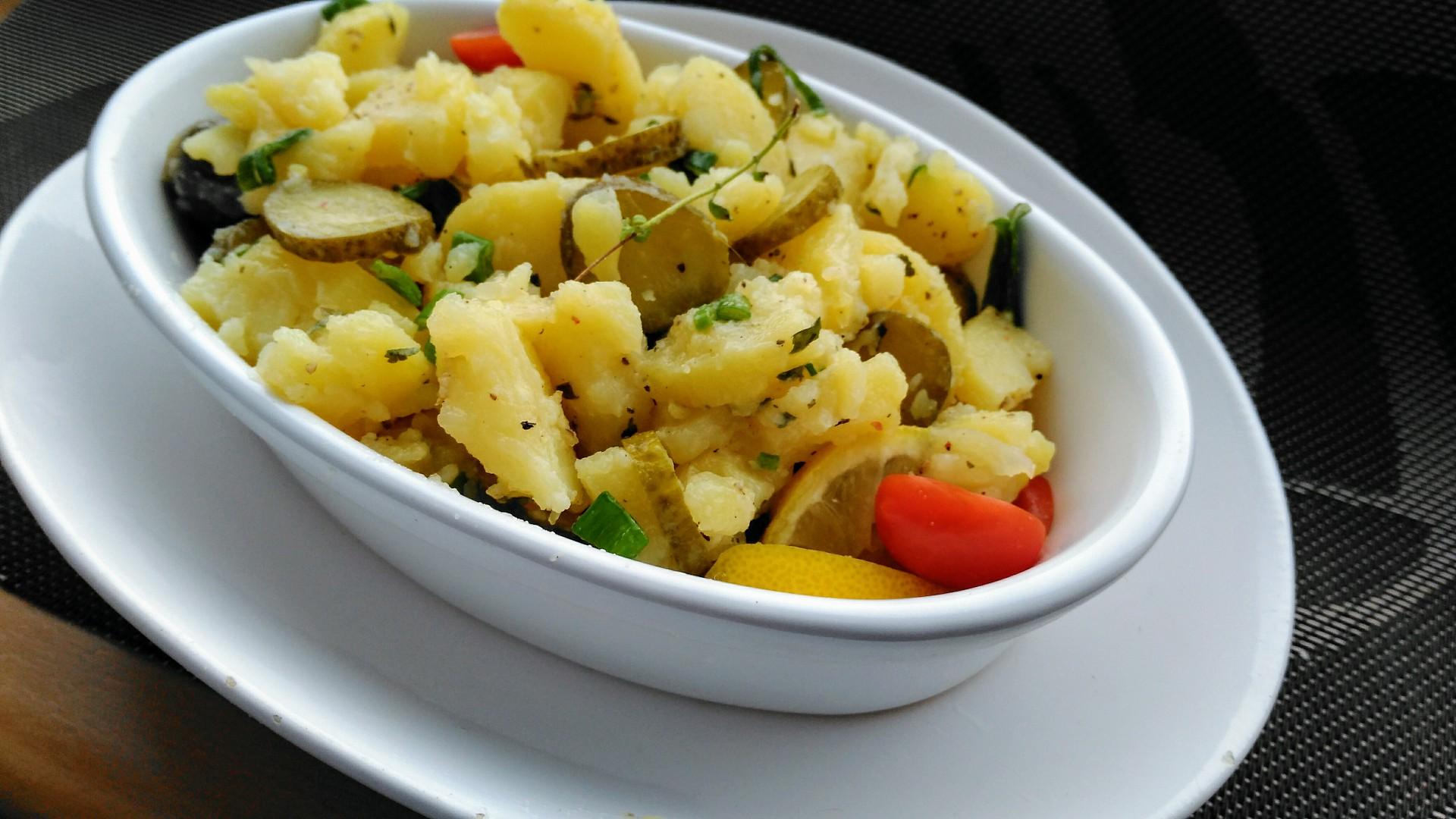Bramborový salát s cibulí, petrželkou a kyselou okurkou recept ...