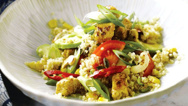 Salát z quinoy s kuřetem a avokádem