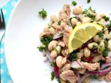 Fazolový salát s tuňákem a červenou cibulí recept