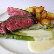 Rib eye steak s chřestem, holandskou omáčkou a pečeným ...
