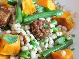 Teplý salát s kroupami, tempehem a zeleninou recept