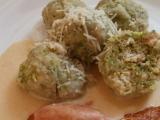 Brokolicové knedlíky se sýrovou omáčkou a uzeným masem recept ...