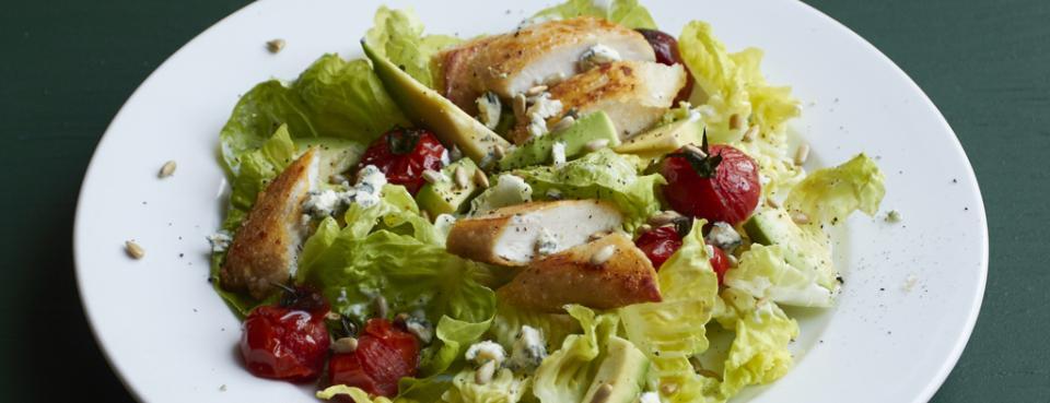 Teplý kuřecí salát s avokádem