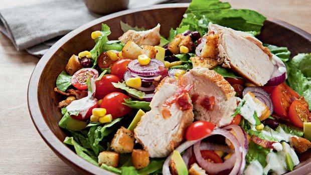Salát s kuřetem a avokádem