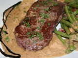 Steak z nízkého roštěnce se smetanovo-křenovou omáčkou a ...