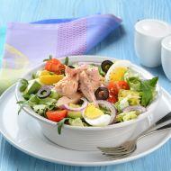 Salát s tuňákem, vejci a černými olivami recept