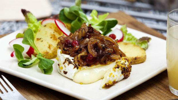 Grilovaný hermelín s dijonskou hořčicí a karamelizovanou cibulí na ...