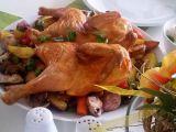 Ploché kuře (Crapaudine) s pečenými cibulemi, brambory a jablky ...