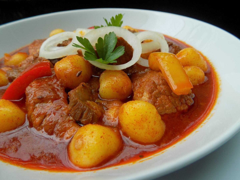 Vepřový guláš s gnocchi  aneb jídlo z jednoho hrnce recept ...