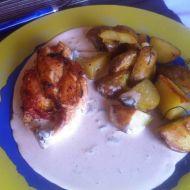 Plněná kuřecí prsa se sýrovou omáčkou a pečenými brambory ...