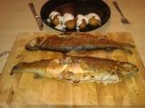Pstruh a brambory s česnekovým dipem recept