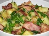 Teplý salát z brambor, slaniny a rukoly recept
