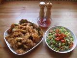Kuřecí nudličky v hořčičném těstíčku s těstovinovým salátem a chilli ...