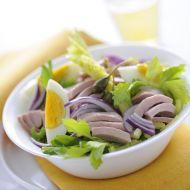Klasický tuňákový salát s červenou cibulkou a vařenými vejci recept ...
