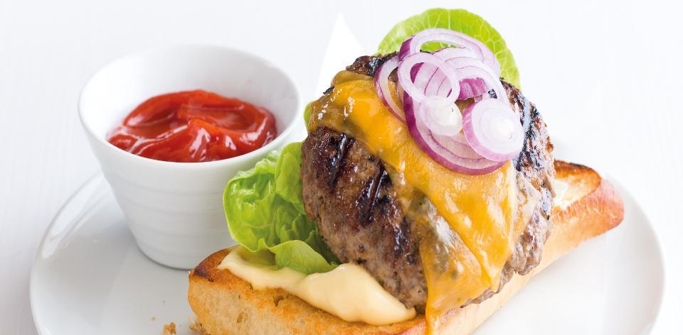 Domácí hovězí cheeseburger