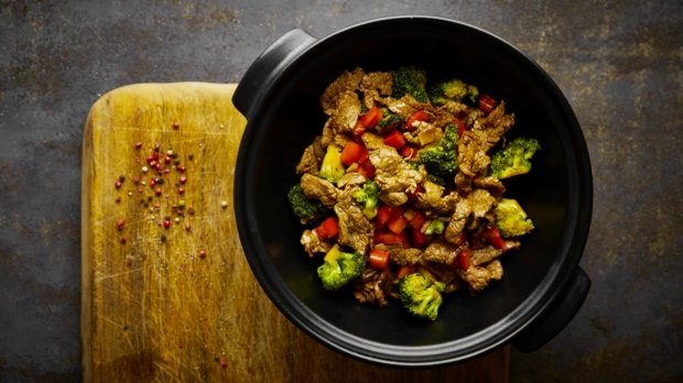 Hovězí plátky s brokolicí a paprikou