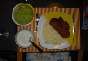 Dietní řízečky se šťouchanými brambory a okurkovým salátem ...