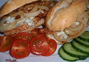 Kuřecí burger nebo bagetka s nivou a cibulkou