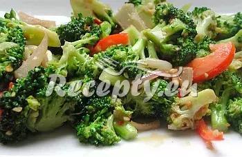 Brokolicový salát s nivou recept  saláty